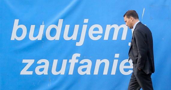 """Podczas zwołanej pilnie na godzinę 18:00 w środę konferencji prasowej premier Ewa Kopacz poinformowała, że Radosław Sikorski zadeklarował, że zrezygnuje z funkcji marszałka Sejmu. On sam powiedział, że nastąpi to w ciągu najbliższych dni. """"Podjąłem tę decyzję w trosce o Platformę Obywatelską"""" - oświadczył."""