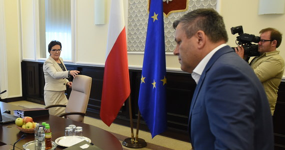 Premier postanowiła oczyścić krew głębiej, niż wcześniej sądzono - tak wicepremier, szef PSL Janusz Piechociński skomentował zmiany na szczytach władzy, o których Ewa Kopacz poinformowała na środowej konferencji prasowej. Pytany, czy wiedział o tych decyzjach, Piechociński odparł, że koalicjanci sami decydują o obsadzie podlegających im resortów.