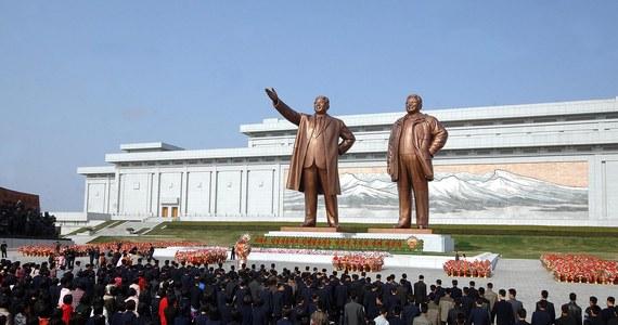 """""""Korea Północna to najbardziej izolowany kraj i najbrutalniejsza dyktatura na świecie. Niewiele o niej wiemy i dlatego jej postrzeganie stało się karykaturalne"""" - mówi w rozmowie z RMF FM Suki Kim, dziennikarka i pisarka, która uczyła w Pjongjangu dzieci tamtejszych elit. """"Jestem bardzo zmęczona żartami z Kim Dzong Una. Brutalny dyktator torturuje ludzi, a światu wydaje się to zabawne"""" - dodaje."""