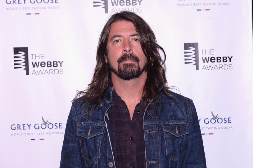 Lider Foo Fighters nabawił się paskudnej kontuzji podczas koncertu grupy w Szwecji. Muzyk musiał opuścić scenę i przerwać występ. Dokończył go ze złamaną nogą.