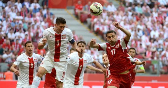 Polacy wygrali z Gruzją 4:0 w szóstej kolejce eliminacji piłkarskich Mistrzostw Europy! Pierwszego gola w 62. minucie spotkania rozgrywanego na Stadionie Narodowym strzelił Arkadiusz Milik, a kolejne - w końcówce meczu - Robert Lewandowski. Napastnik Bayernu Monachium zdobył trzy bramki w ciągu czterech minut! Polscy piłkarze pozostają tym samym niepokonani w eliminacjach Euro 2016.