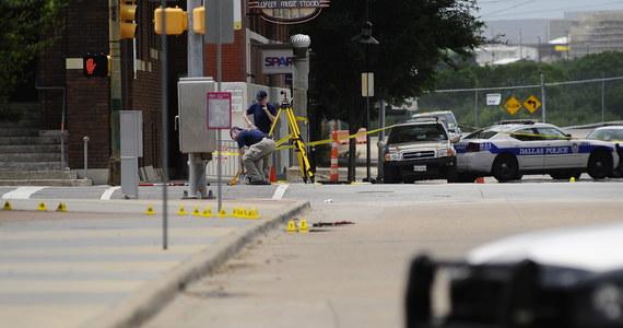 Mężczyzna, który wczoraj ostrzelał kwaterę główną policji w Dallas, w amerykańskim stanie Teksas, został zastrzelony. Po krótkim pościgu napastnika namierzył policyjny snajper.