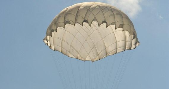 Wypadek spadochroniarza na lotnisku w Bielsku-Białej. 18-latek w ciężkim stanie został zabrany do szpitala.