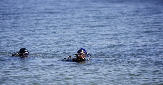 Nad zalewem w podkrakowskim Kryspinowie strażacy i płetwonurkowie szukają 19-latka. O zaginięciu chłopaka poinformowali jego koledzy.