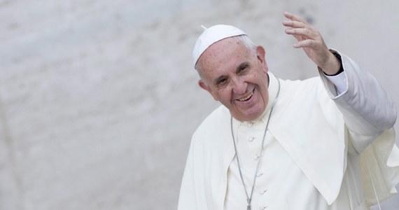 """""""Papież Franciszek zapowiedział, że wkrótce ogłosi stanowisko w sprawie kontrowersyjnych objawień z Medjugorie. Gdyby Watykan ich nie uznał, udział w pielgrzymce będzie wręcz grzechem"""" – pisze we wtorkowym wydaniu """"Dziennik Polski"""". Gazeta podkreśla, że słynną miejscowość odwiedza co roku kilka milionów wiernych z całego świata."""