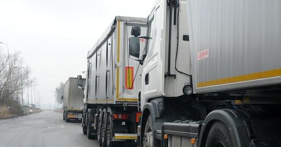 Mimo negatywnego stanowiska Komisji Europejskiej Francja nadal chce - wzorem Niemców – uderzyć w polskie firmy transportowe. Francuski rząd już po raz drugi przeforsował bez głosowania w Zgromadzeniu Narodowym pakiet reform, który zakłada m.in. wprowadzenie minimalnej płacy dla zagranicznych – w tym polskich – kierowców ciężarówek.