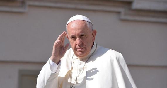 """Papież Franciszek wezwał wiernych, by przeprosili za wszystkich """"zamykających drzwi przed imigrantami i uchodźcami"""". Podczas audiencji generalnej zaapelował o udzielanie pomocy tym, którzy szukają schronienia. """"Módlmy się, aby zawsze była szanowana ich godność"""" - dodał papież."""
