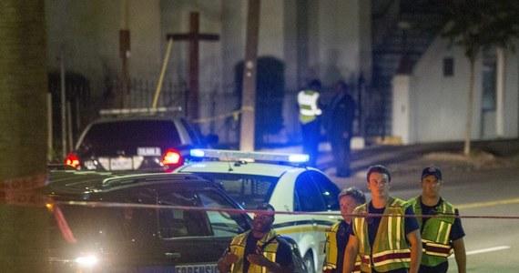 Aż 9 osób nie żyje po ataku białego mężczyzny na Afroamerykanów czytających biblię w historycznym kościele w Charleston w Karolinie Południowej. Wśród ofiar jest prawdopodobnie jeden z lokalnych polityków. Napastnik wciąż jest na wolności. A policja obawia się wybuchu zamieszek.