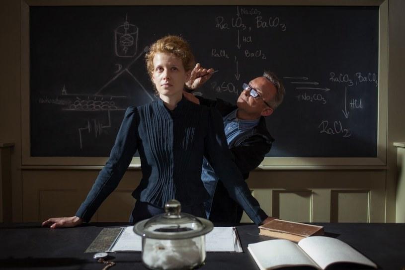 """""""To, co mnie najbardziej zafascynowało w postaci Marii Curie to jej siła, jakaś wewnętrzna wolność. Ona nie podporządkowywała się konwenansom, dokładnie wiedziała, jakie jest jej przeznaczenie i realizowała je"""" – mówi Karolina Gruszka, aktorka grająca główną rolę w kręconym właśnie filmie """"Maria Curie""""."""
