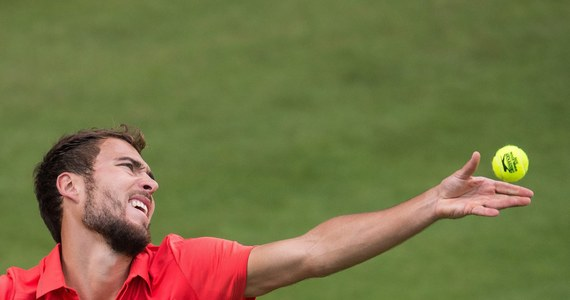 Jerzy Janowicz wygrał z Alejandrem Fallą 6:2, 5:7, 6:2 w drugiej rundzie turnieju ATP na kortach trawiastych w Halle. To drugie spotkanie pomiędzy obu tenisistami w turnieju rangi ATP. W zeszłym roku po trzysetowym meczu górą był Kolumbijczyk.