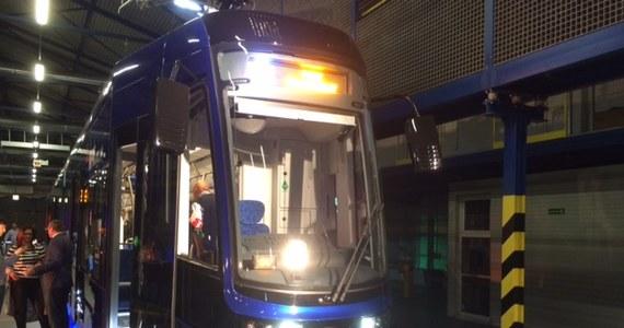 Warte ponad 64 miliony złotych tramwaje kupione przez wrocławskie MPK nie mieszczą się na przystankach. W mieście trzeba więc wyszlifować lub ściąć krawężniki. Na razie udało się wytypować już kilka miejsc, w których pojawia się ten problem. Nie wiadomo jednak, kto zapłaci za poprawki. Pasażerowie na nowe pojazdy muszą poczekać nawet kilka tygodni.