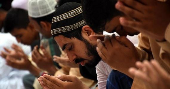Premier Pakistanu Nawaz Sharif zawiesił wykonywanie kary śmierci na czas świętego dla muzułmanów miesiąca postu, ramadanu, który rozpoczął się dziś w większości regionów tego kraju. Według mediów od grudnia 2014 roku w Pakistanie stracono ponad 170 osób.