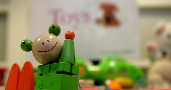 Co trzecia zabawka w polskich sklepach, także tych internetowych, może być niebezpieczna. Tak wynika z najnowszego raportu Urzędu Ochrony Konkurencji i Konsumenta - donosi reporter RMF FM Grzegorz Kwolek. Urzędnicy przez ostatnie trzy miesiące przebadali blisko tysiąc zabawek. Wiele z nich mogło zaszkodzić maluchom.