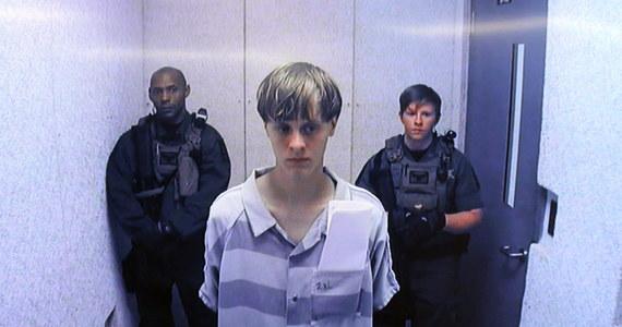Federalne Biuro Śledcze bada stronę internetową ze zdjęciami i rasistowskim manifestem należącymi prawdopodobnie do sprawcy strzelaniny w kościele w Charleston, w której zginęło 9 osób - podała agencja AP, powołując się na źródła w FBI. Na stronie internetowej, o której FBI dowiedziało się w sobotę, znajdują się m.in. zdjęcia, na których widać, jak 21-letni Dylann Roof pali flagę USA i ją depcze.