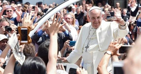 """""""Żyć, a nie wegetować"""" - taką radę dał młodzieży papież Franciszek podczas niedzielnego spotkania w Turynie. """"Pozwolę sobie mówić otwarcie. Nie chcę zachowywać się jak moralista, ale chciałbym powiedzieć słowo, które się nie podoba, słowo niepopularne, ale także papież powinien ryzykować i powiedzieć prawdę. A więc mówię wam: bądźcie niewinni"""" - dodał."""