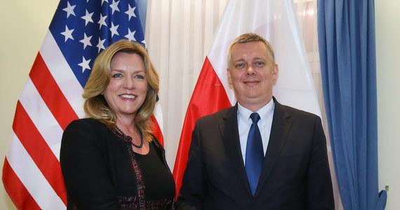 """""""To milowy krok w sojuszu polsko-amerykańskim"""" - tak decyzję USA o rozmieszczeniu sprzętu w Europie Środkowo-Wschodniej komentuje minister obrony Tomasz Siemoniak. """"Nie możemy jeszcze ujawnić, w jaki sposób ten sprzęt będzie rozdzielony"""" - podkreślił."""