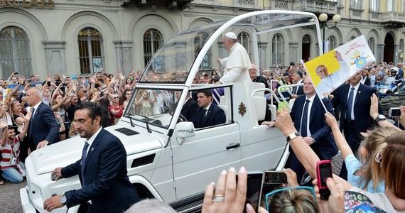 """Postulat otwarcia na rozwodników w nowych związkach znalazł się w dokumencie roboczym na jesienny synod biskupów na temat rodziny. Mowa w nim o """"wspólnej zgodzie"""" co do potrzeby rozwiązania tej sprawy. Potwierdzono linię ostrożności w kwestii homoseksualistów. Synod """"Powołanie i misja rodziny w Kościele i świecie współczesnym"""" odbędzie się w Watykanie od 4 do 25 października."""
