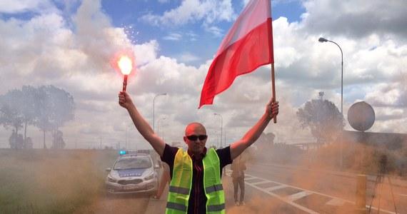 Nawet 6 godzin może potrwać protest rybaków w Kiezmarku na Pomorzu. Od południa blokują krajową drogę nr 7 koło mostu na Wiśle. Kierowcy muszą się liczyć z bardzo poważnymi utrudnieniami. Korek na trasie ma już kilka kilometrów i wydłuża się. Tak jest przed mostem na Wiśle od strony Nowego Dworu Gdańskiego.