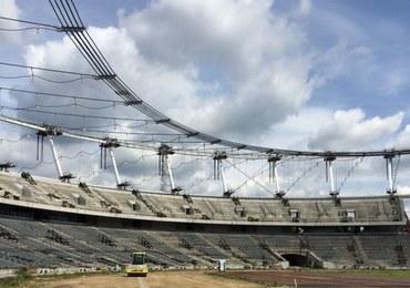 Gigantyczne liny nad Stadionem Śląskim. Jesienią zamocują na nich dach