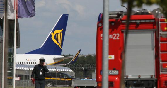 Samolot Ryanair z Oslo bezpiecznie wylądował na lotnisku w Modlinie. Wcześniej krążył nad Warszawą. Informował nas o tym słuchacz, dzwoniąc na Gorącą Linię RMF FM. Nasz dziennikarz potwierdził, że samolot krążył nad Modlinem w oczekiwaniu na pozwolenie na lądowanie. Przedstawiciele lotniska zapewniają, że maszyna jest w pełni sprawna. Jak się okazało, powodem awaryjnego lądowania był fałszywy telefon o ładunku wybuchowym na pokładzie samolotu.