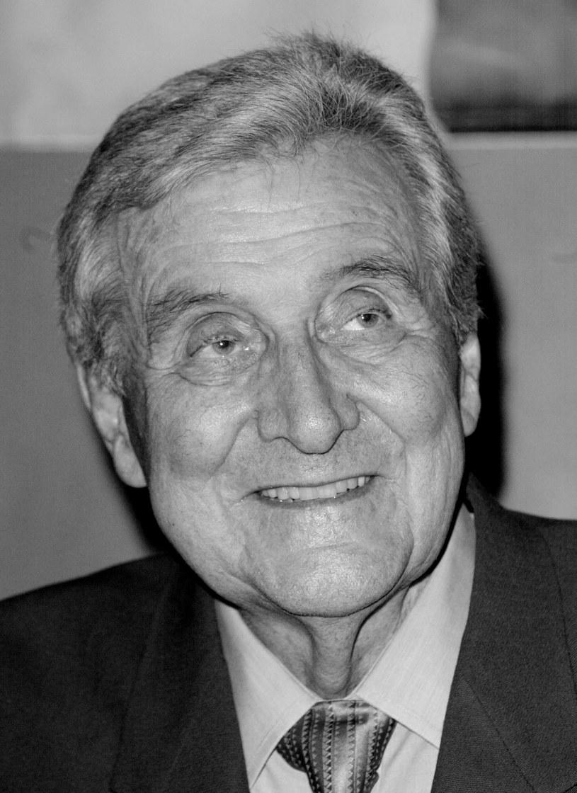 """W wieku 93 lat zmarł w swoim domu w Rancho Mirage, w Kalifornii, aktor Patrick Macnee, który zyskał sławę rolą tajnego agenta Johna Steeda w popularnym szpiegowskim serialu telewizji brytyjskiej z 1961 r. """"The Avengers"""" (polski tytuł: """"Rewolwer i melonik"""")."""
