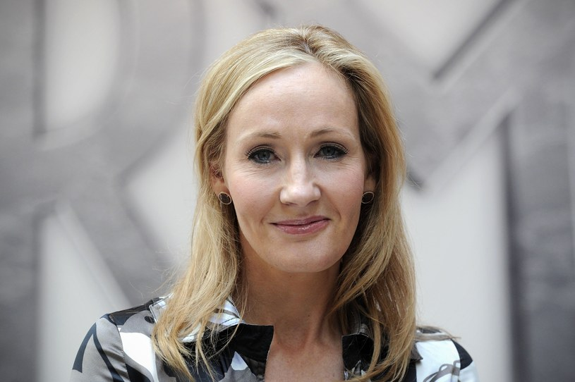 """W 2016 r. Harry Potter trafi na scenę londyńskiego teatru na West Endzie. Sztuka o najsławniejszym chłopcu czarodzieju będzie zatytułowana """"Harry Potter i przeklęte dziecko"""" (Harry Potter and the Cursed Child).  J.K. Rowling poinformowała o tym na Twitterze."""