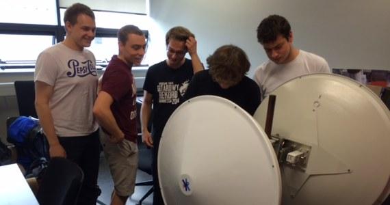 Rekordowe, 250-kilometrowe, radiowe połączenie WiFi chcą nawiązać studenci z Politechniki Wrocławskiej. To pierwsza taka próba w Polsce. Żacy pojawią się w sobotę na dwóch szczytach - Babiej Górze w Małopolsce i na Wielkiej Sowie na Dolnym Śląsku. Do ustanowienia rekordu studenci z koła naukowego Wireless Group przygotowują się od roku. Poprzedni rekord wynosi 218 km.