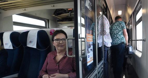 """""""Kolej na Ewę"""" - to zainaugurowana w sobotę nowa akcja Platformy Obywatelskiej, która będzie elementem kampanii parlamentarnej. """"Będę jechała pociągiem, gdzie będą setki ludzi, będę mogła z nimi rozmawiać. Chcę z nimi rozmawiać. Chcę konsultować nasze pomysły po to, żeby ten program był przede wszystkim obywatelski"""" - zapowiedziała premier Ewa Kopacz, która wybrała się w podróż koleją z Warszawy do Słupska. Internauci podeszli do tego pomysłu z ironią i dystansem. Dowcipnie zinterpretowali też lansowany przez PO na Twitterze hashtag #KolejNaEwę. Zobaczcie najciekawsze wpisy!"""