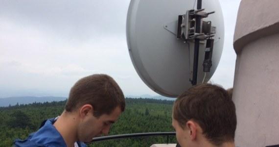 Mamy nowy rekord: studenci Politechniki Wrocławskiej nawiązali połączenie WiFi na odległość 250 kilometrów! To najdłuższa amatorska radiolinia w Polsce. Sygnał przesłano między antenami umieszczonymi na Wielkiej Sowie na Dolnym Śląsku i Babiej Górze w Małopolsce.