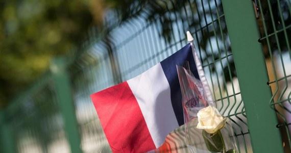 Yassin Salhi, 35-latek zatrzymany po piątkowym zamachu we Francji przyznał się do zabicia swego pracodawcy - podało źródło zbliżone do śledztwa. Zamachowiec ma być w niedzielę przekazany z Lyonu w ręce policji antyterrorystycznej w rejonie Paryża, która poprowadzi dalsze śledztwo.