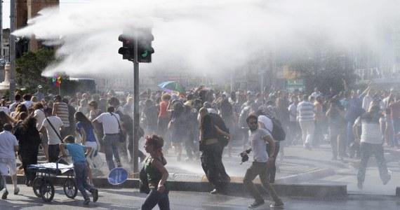 Co najmniej pięć osób zostało zatrzymanych po paradzie Gay Pride w centrum Stambułu. Uczestników pokojowej demonstracji rozpędziły oddziały specjalne tureckiej policji. Użyto armatek wodnych, gazu łzawiącego i kauczukowych kul.