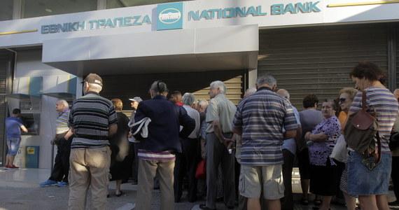 """""""Mój mąż ma 52 lata i mówi, że coś takiego widzi pierwszy raz na oczy. Coś takiego ma miejsce pierwszy raz w historii Grecji. Przez te ostatnie lata było gadanie o kryzysie w Grecji, ale to było tylko gadanie. Teraz naprawdę się coś dzieje i to tak, że można gęsiej skórki dostać"""" - mówi pani Dorota, Polka mieszkająca od wielu lat w Kalamacie. W niedzielę premier Grecji ogłosił, że banki będą zamknięte przez tydzień."""