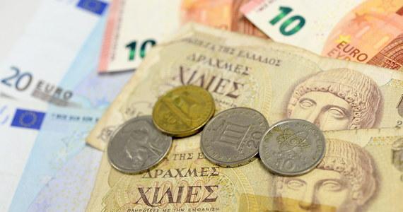 Greckie banki pozostaną zamknięte do następnego poniedziałku, za to po kilkunastu godzinach przerwy w Atenach można już wybrać pieniądze z bankomatów. Dzienny limit wypłat na osobę wynosi 60 euro. Zakupy bez ograniczeń mogą robić tylko właściciele kart kredytowych – relacjonuje z Grecji nasza specjalna wysłanniczka Aneta Łuczkowska.