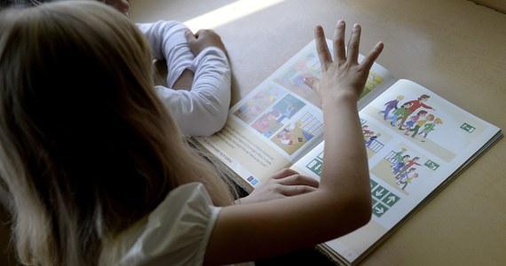 """W niektórych miastach nawet co trzecie dziecko urodzone w 2009 r. nie pójdzie 1 września na lekcje – informuje """"Dziennik Gazeta Prawna"""". We wrześniu po raz pierwszy do szkoły powinny pójść wszystkie sześciolatki."""