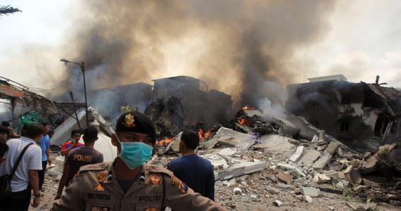 Co najmniej 113 osób zginęło w wyniku katastrofy indonezyjskiego wojskowego samolotu transportowego. Hercules spadł na hotel i domy w mieście Medan na północy Sumatry. Wcześniej informowano o 20 ofiarach śmiertelnycj.
