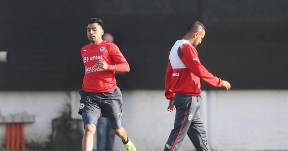 Nie trzy, a dwa mecze swojej reprezentacji opuści Gonzalo Jara. Piłkarska konfederacja Ameryki Południowej (CONMEBOL) zmniejszyła karę Chilijczykowi, który w ćwierćfinałowym meczu Copa America włożył palec między pośladki Urugwajczyka Edinsona Cavaniego.