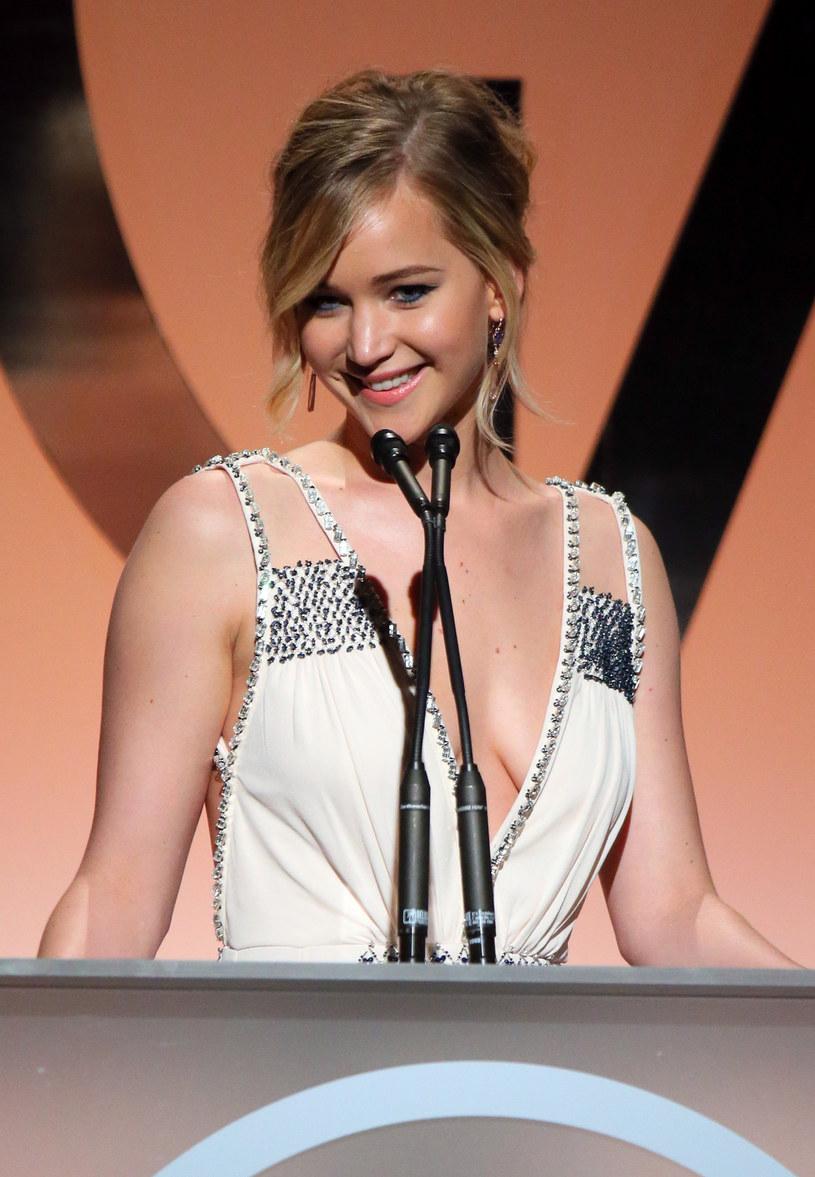 Jennifer Lawrence po raz kolejny udowodniła, że ma do siebie dystans. Hollywoodzka gwiazda zaprezentowała się fotoreporterom z... wąsami!