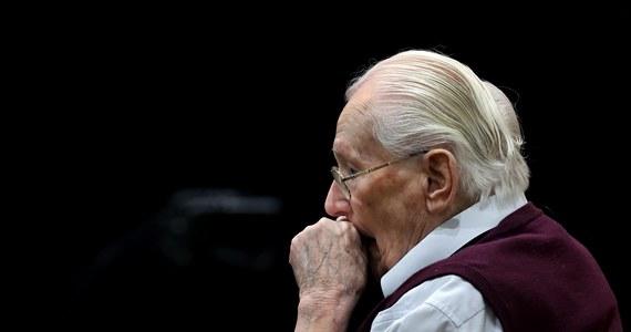 """""""Jestem moralnie odpowiedzialny za mord"""" - przyznał 94-letni buchalter z Auschwitz. Proces Oskara Gröninga toczy się przed sądem w Lueneburgu. Były esesman, strażnik z niemieckiego obozu Auschwitz jest oskarżony o pomoc w zamordowaniu co najmniej 300 tys. osób. To jeden z ostatnich procesów przeciwko hitlerowskim zbrodniarzom. """"Mogę tylko błagać Boga o wybaczanie"""" - stwierdził 94-latek, którego proces rozpoczął się 21 kwietnia."""