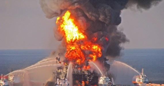 18,7 mld dolarów - tyle ma wypłacić koncern BP rządowi USA i pięciu stanom z tytułu roszczeń po wycieku ropy z platformy wiertniczej w Zatoce Meksykańskiej w 2010 roku. Takie są założenia podpisanej przez koncern energetyczny ugody. Jak zaznaczyło ministerstwo sprawiedliwości USA, może to być najwyższa w dziejach Stanów Zjednoczonych kwota ugody, której stroną jest tylko jeden podmiot.
