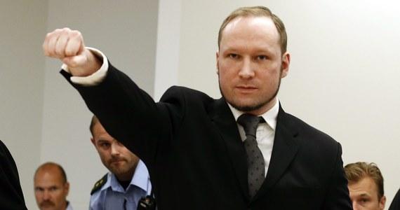 Morderca i terrorysta Anders  Breivik nie jest zadowolony z warunków w więzieniu, w którym odbywa karę za przeprowadzenie dwóch zamachów i zabicie 77 osób w lipcu 2011 roku. Neonazista skarży więc państwo norweskie za łamanie praw człowieka. Chodzi konkretnie o fakt, że jest ściśle izolowany.