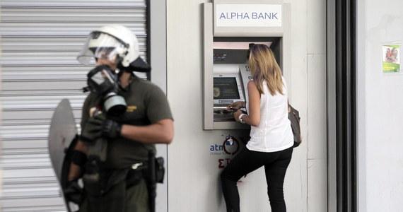 """Premier Grecji Aleksis Cipras powiedział w wystąpieniu telewizyjnym, że kontrola przepływów kapitałowych potrwa krótko i banki nie pozostaną długo zamknięte, gdyż liczy on na zawarcie porozumienia z wierzycielami w ciągu 48 godzin po referendum. W wywiadzie dla telewizji ANT1 Cipras przyznał, że widok ludzi stojących w kolejkach, by wybrać pieniądze z bankomatów, oraz osób starszych czekających godzinami, by banki wypłaciły im emerytury, """"jest zawstydzający""""."""