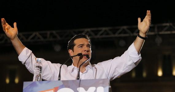 """""""Powiedzcie dumne nie ultimatom i tym, którzy was terroryzują"""" - mówił szef greckiego rządu Aleksis Cipras podczas wielotysięcznej demonstracji przeciwników dalszych wyrzeczeń i reform. Przekonywał zebranych na ateńskim placu Syntagma rodaków, że głosowanie na """"nie"""" to wybór """"godnego życia w Europie""""."""
