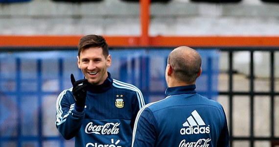 """Argentyna i Chile walczyć będą wieczorem (godz. 22) w finale Copa America. Stawką jest nie tylko prestiż, ale i srebrny puchar wykonany w pracowni jubilerskiej w Buenos Aires w 1916 r. Piłkarze """"Albicelestes"""" mają szanse na rekordowe 15. zwycięstwo w tej imprezie."""