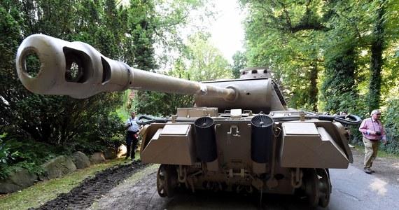 Niezwykłego odkrycia dokonano w niemieckim miasteczku Heikendorf w landzie Szlezwik-Holsztyn. W willi należącej do zamożnego Niemca policja odnalazła czołg pochodzący z II wojny światowej, działo przeciwlotnicze kalibru 88 mm i inną nielegalną broń.