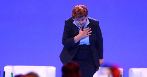"""Większość Polaków jest zdania, że Beata Szydło lepiej sprawdziłaby się w roli premiera niż prezes Prawa i Sprawiedliwości Jarosław Kaczyński - wynika z sondażu przeprowadzonego przez TNS Polska dla """"Wiadomości"""" TVP1. PiS cieszy się obecnie największą popularnością wśród Polaków. Dowodem na to są partyjne sondaże."""