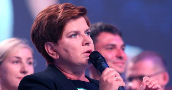 """""""Mamy przygotowane rozwiązania i to jest zasługa zespołu ludzi, którzy przez wiele miesięcy tworzyli te dobre rozwiązania i będą dalej tworzyć te rozwiązania. Będą sprawiać, że to o czym dzisiaj tu mówiliśmy, będzie realizowane"""" - powiedziała na konwencji programowej Prawa i Sprawiedliwości w Katowicach Beata Szydło. """"W mojej drużynie, biało-czerwonej drużynie jest miejsce dla każdego Polaka i dla tych, którzy głosują na Prawo i Sprawiedliwość, i dla tych, którzy do tej pory dokonywali innych wyborów, i dla tych, którzy nie chodzili na wybory. Czekam na was w mojej drużynie, jest miejsce dla każdego; dla każdego, kto chce dobrej zmiany"""" - mówiła."""