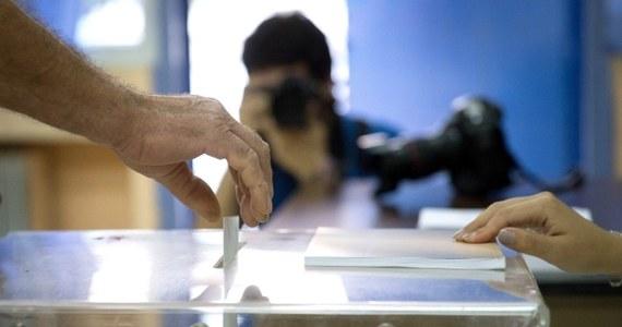 """O godz. 18 czasu polskiego Grecy zakończyli głosowanie w referendum. Według sondaży zwyciężyła opcja """"nie"""" i Grecy odrzucili warunki zagranicznej pomocy."""