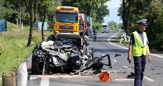 Lekarzom ze szpitala w Zakopanem nie udało się uratować kobiety rannej w wypadku na zakopiance w Białym Dunajcu. W poniedziałek rano - samochód, którym podróżowała trzyosobowa rodzina - wjechał wprost pod jadącą z przeciwka ciężarówkę. Kobieta, mężczyzna i dziecko jechali z Mazowsza na wakacje pod Tatry.
