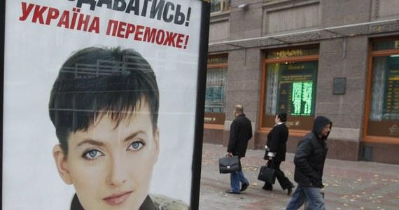 Rosyjski Komitet Śledczy oskarża ukraińską nawigatorkę  Nadiję Sawczenko o zabójstwo, a nie jak wcześniej o współudział w zabójstwie rosyjskich dziennikarzy. W akcie oskarżenia zaostrzono zarzuty. Ukraince może nawet grozić dożywocie.