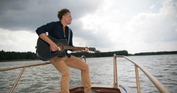 """Gwiazdą wakacyjnej zabawy RMF FM - """"Koncert za jeden uśmiech"""" - był tym razem Rafał Brzozowski. O godz. 18 Rafał zaśpiewał na scenie na wodzie, a wcześniej, przez cały dzień, bawił się z mieszkańcami i turystami w Augustowie."""